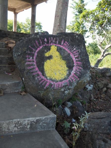 Изображение священного камня в Храме Матар Баном в д. Маричагуда