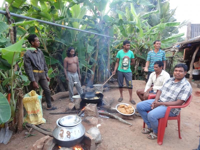 Приготовление еды для воскресной трапезы в д. Барангсинг