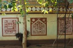 Идиттали на стене Музея племенных искусств и материальной культуры