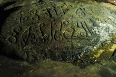 Священный камень со знаками соранг сомпенг, д. Маричагуда